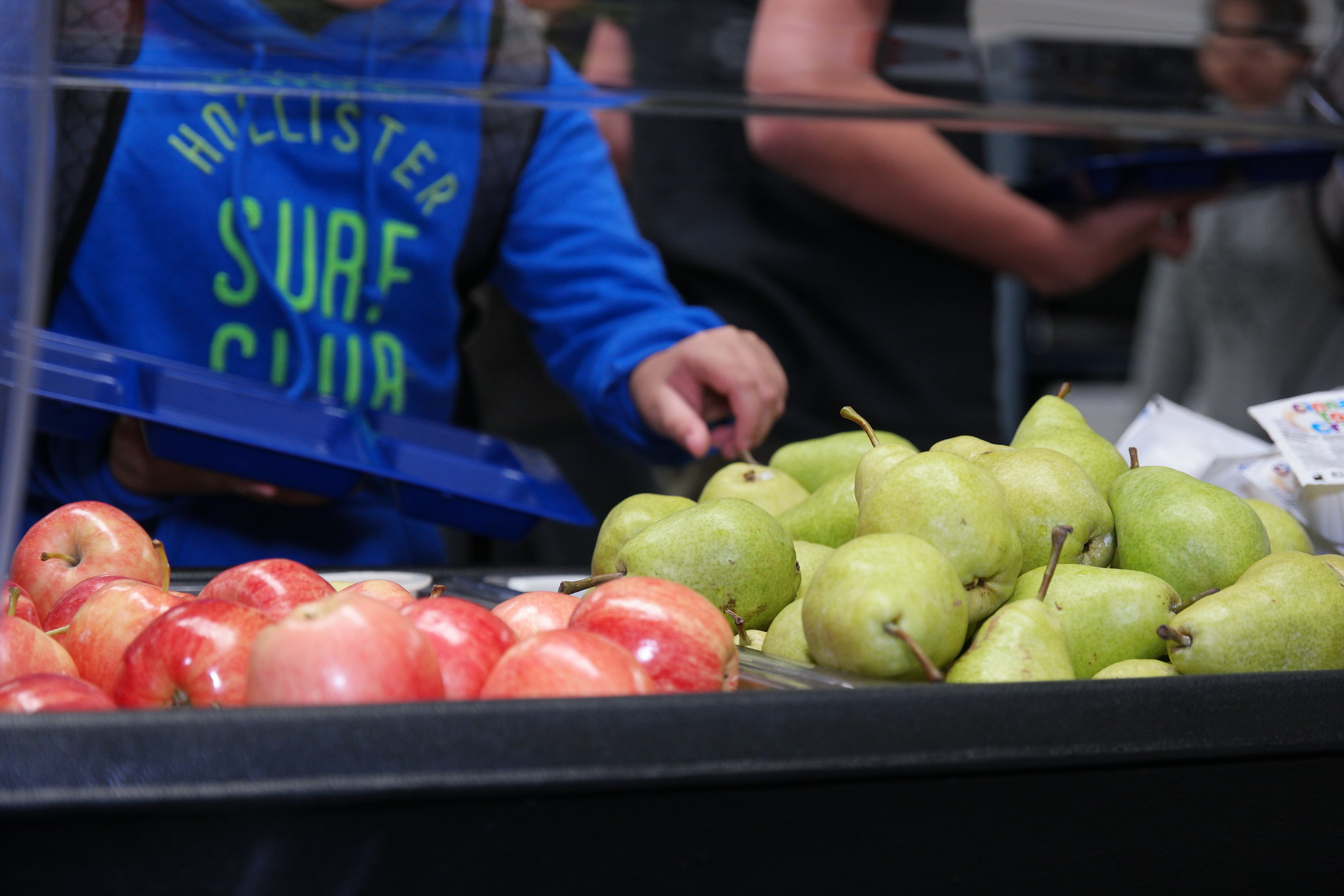Children choosing Chelan Fresh apples and pears from their school's donated breakfast cart